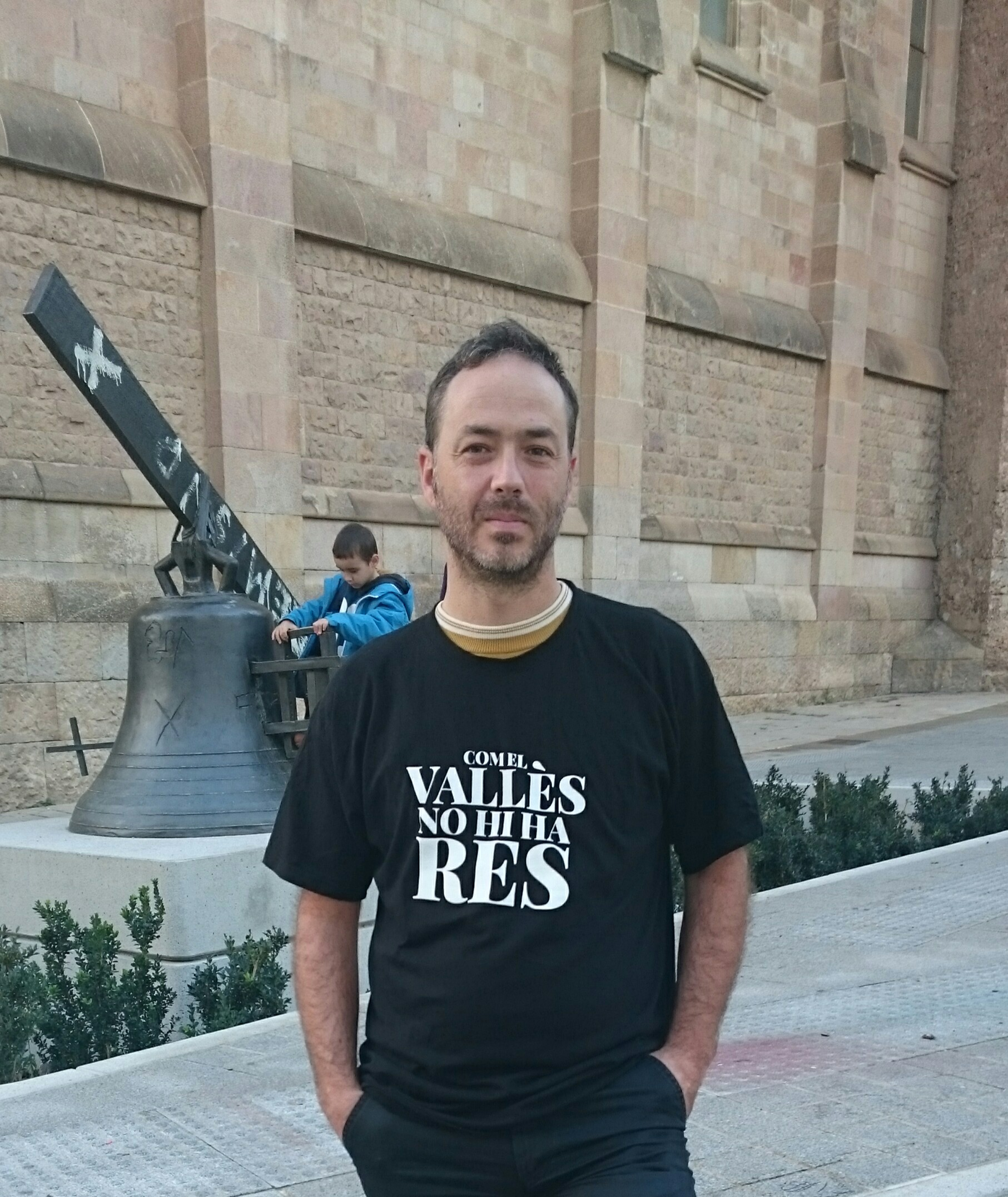 Carles Belda al Racó del Campanar de Sabadell, amb la samarreta de l'Any Joan Oliver