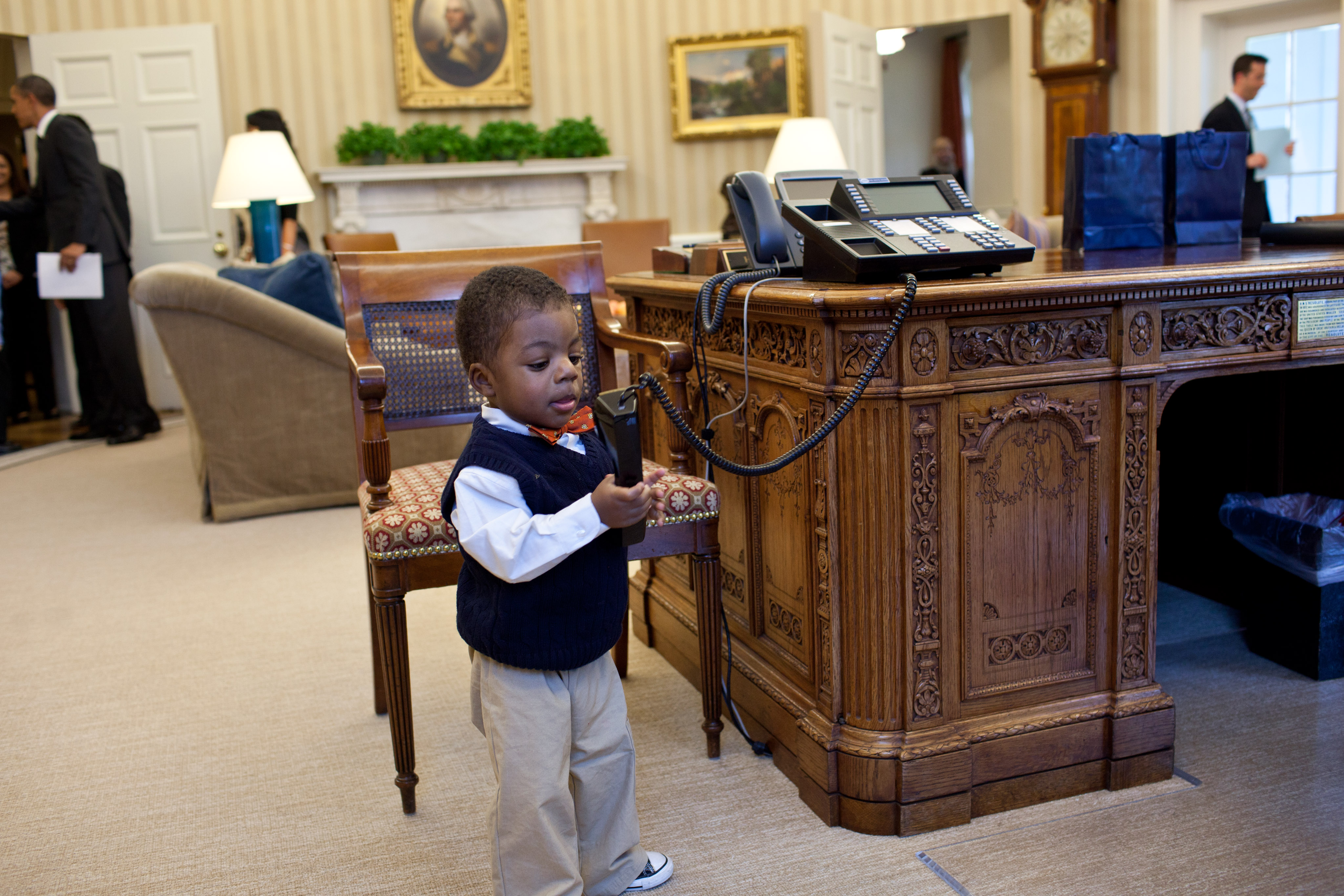 File:Child playing with Oval Office telephone.jpg ...