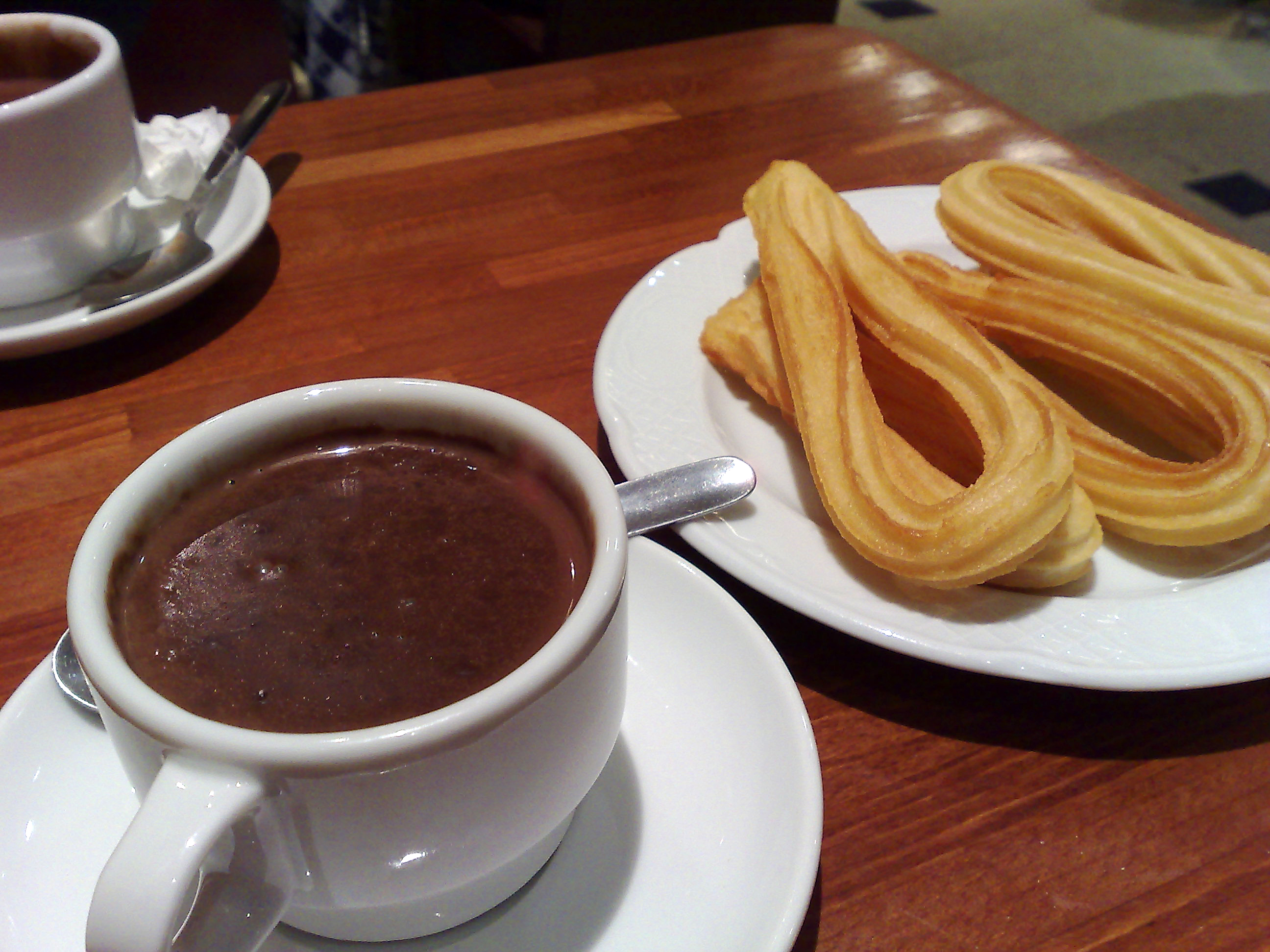 File:Chocolate con churros en Barcelona.jpg - Wikimedia Commons
