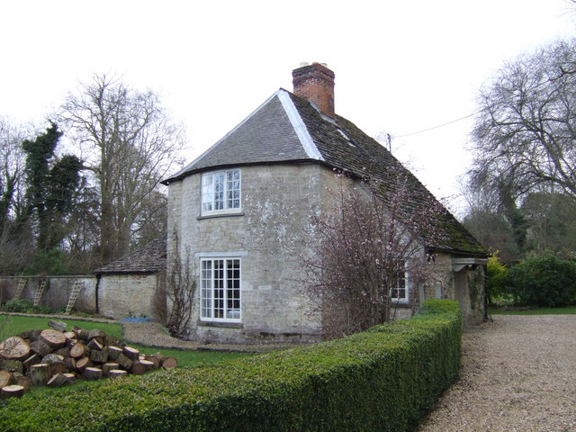 Cottage on the Buscot Estate - geograph.org.uk - 307404