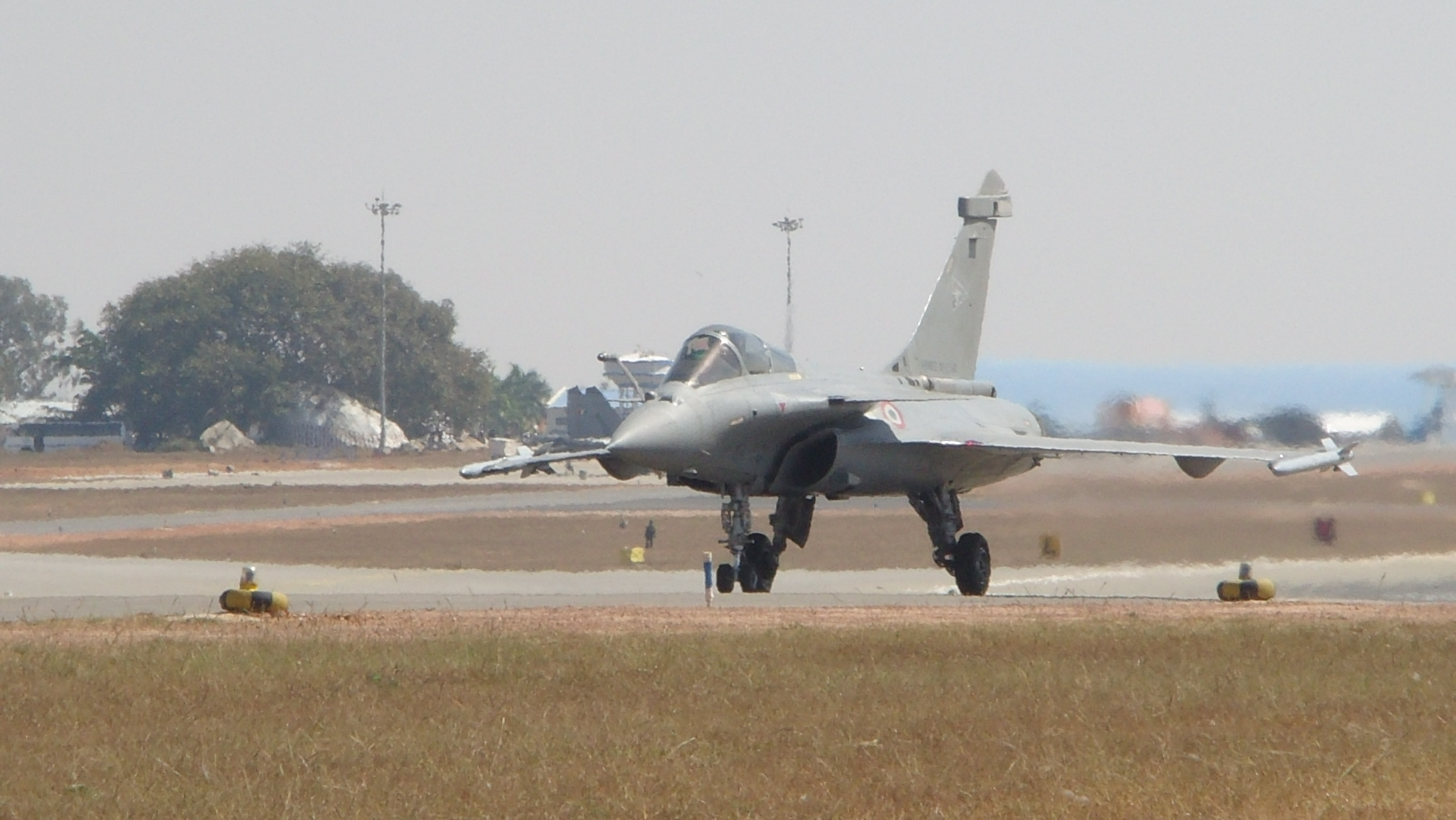 File:Dassault Rafale Taxies to the runway at Aero India 2011 (8th edition of Aero India).jpg - Wikimedia Commons