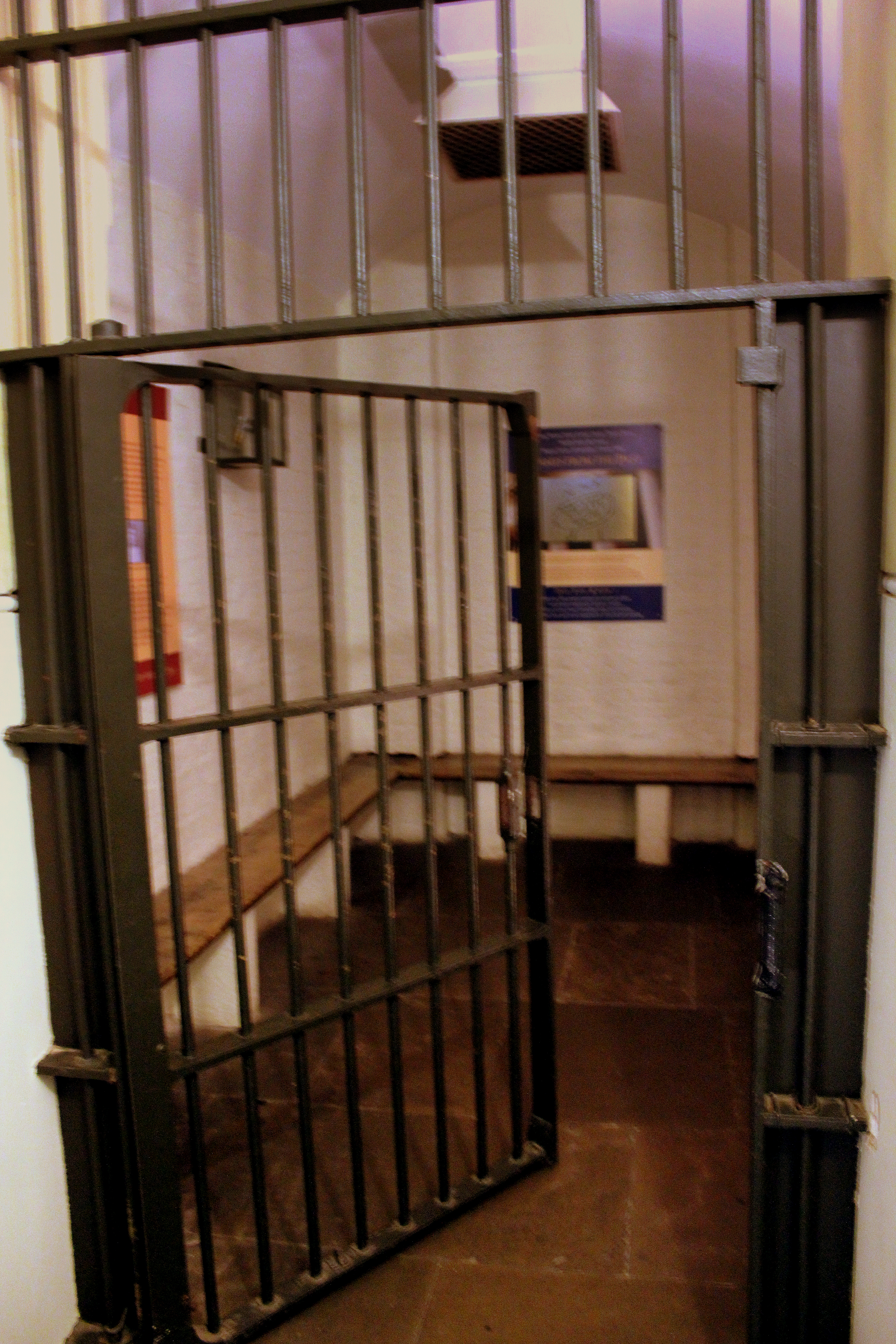 HOLDING_CELL_AT_THE_CROWN_COURT_NO1_ST_GEORGES_HALL_LIVERPOOL_JAN_2013_%288361476255%29.jpg?width=300