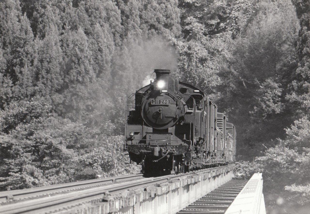 Description JNR C11 289 on Tadami line 19731103 001.jpg