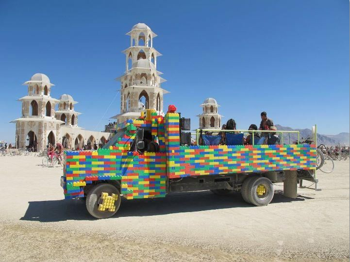 Evénements, festivals ou autres LEGO_Truck_@_Burning_Man_2011_Temple