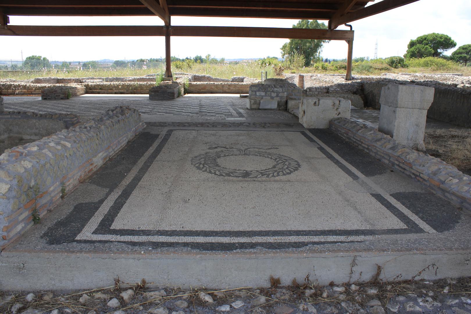 LucusFeroniaethermesduforum.jpg Français : Lucus Feroniae (Italie). Vue du site archéologique. Vue des thermes du forum, pavement mosaïqué