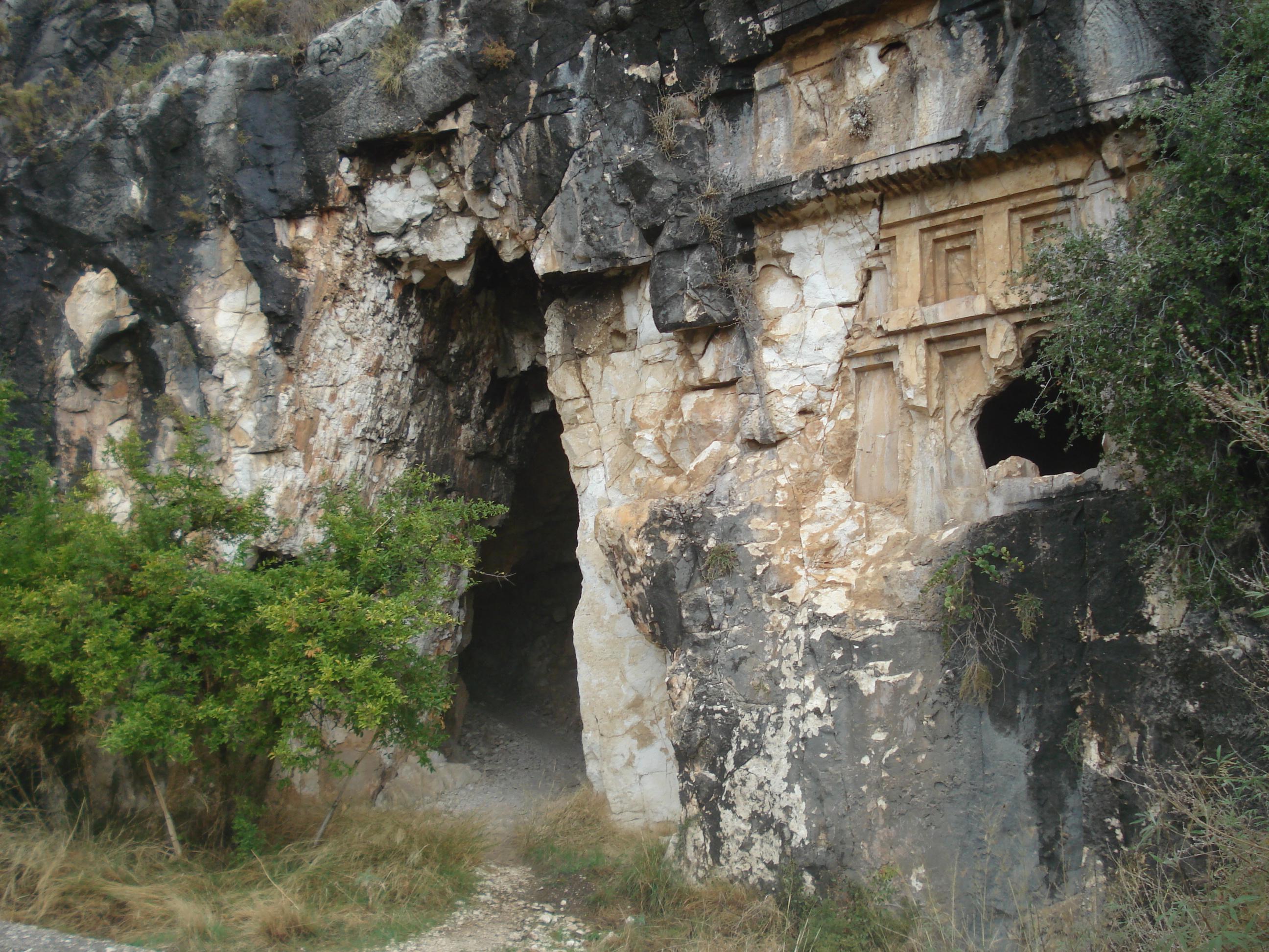 Description Myra tumba rupestre de cerca.JPG