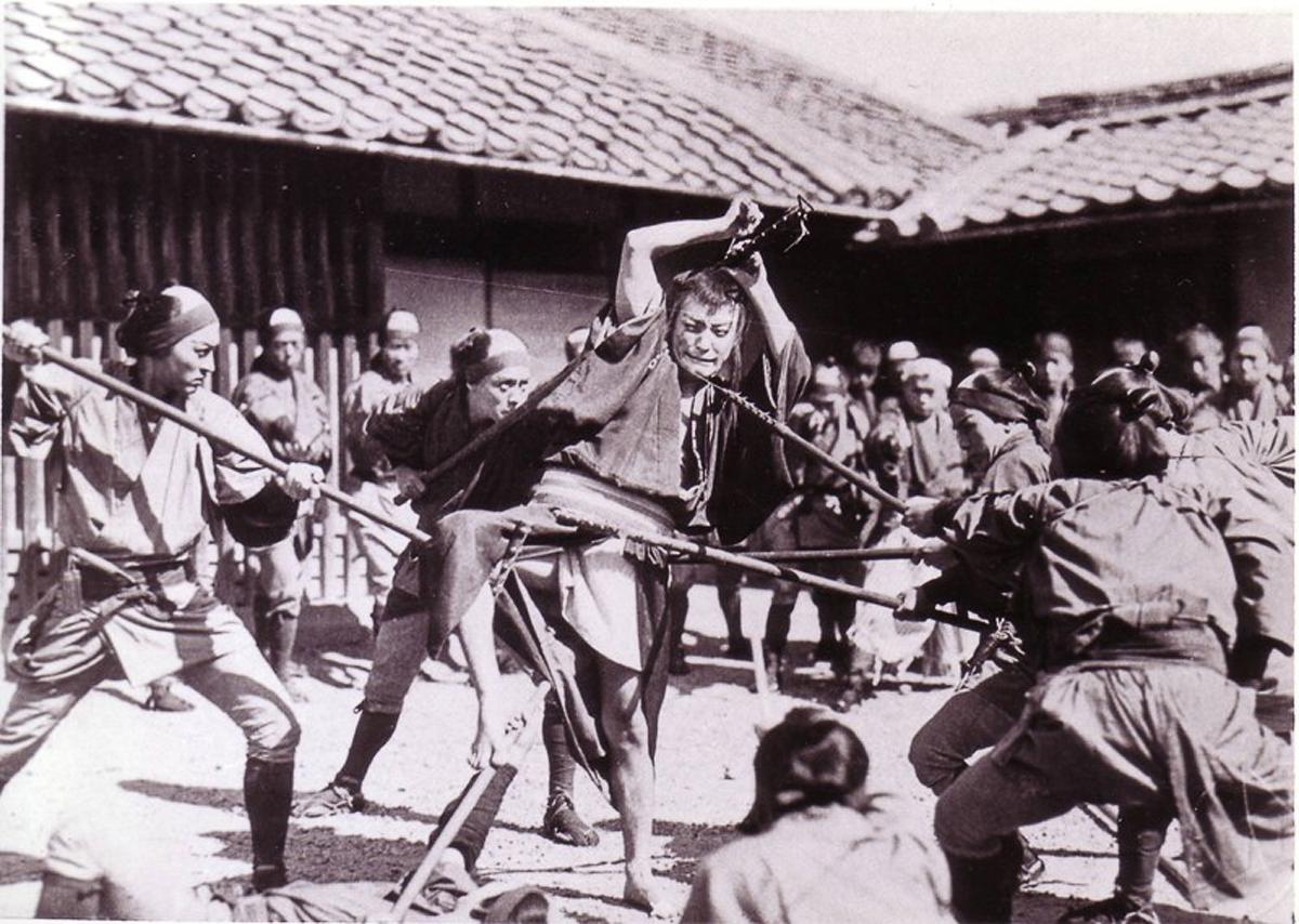 『雄呂血』(1925);町のセットでの大立ち回り。