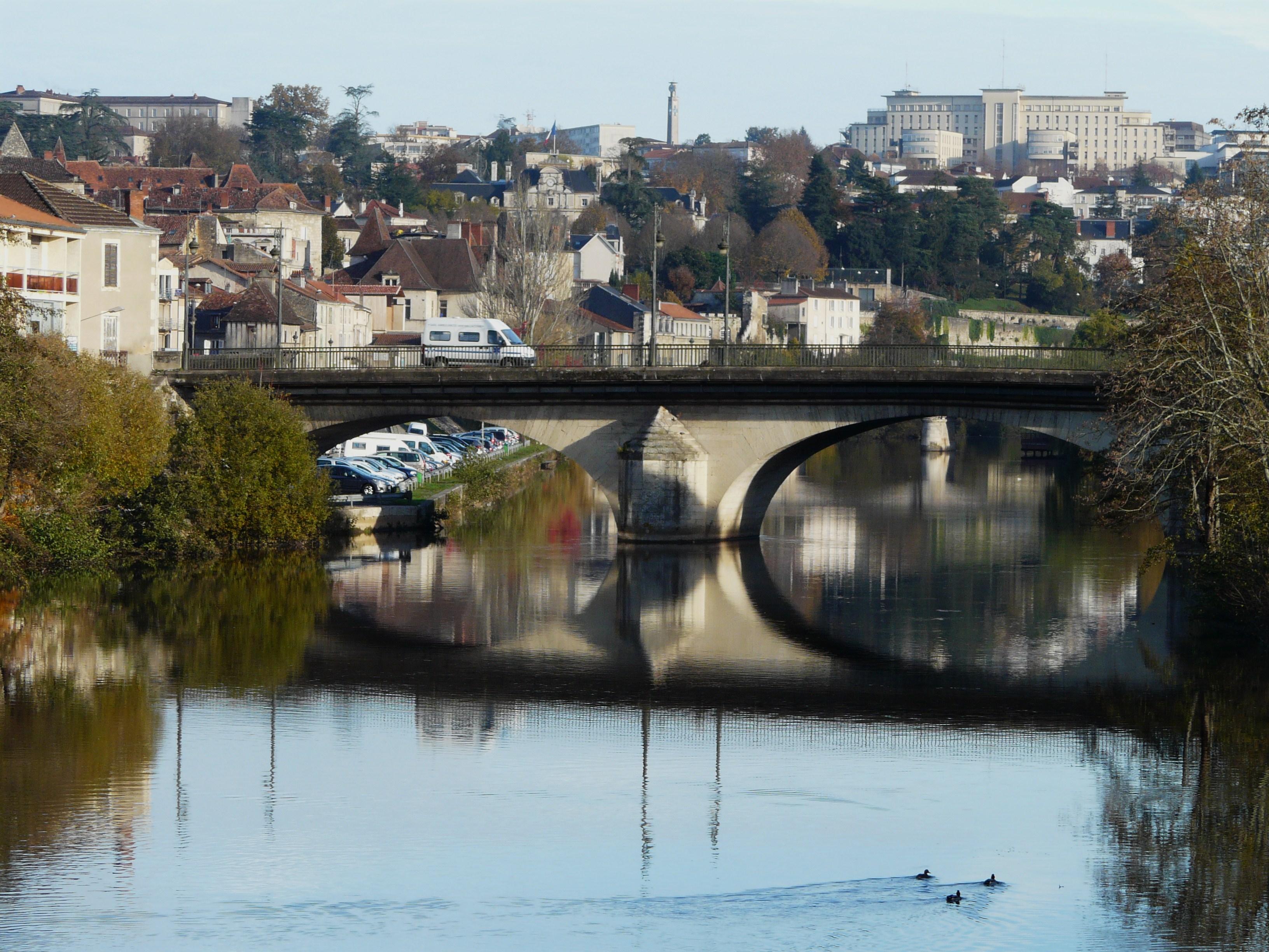 L'Isle et le pont Saint-Georges vus depuis la passerelle du Centre de secours, Périgueux, Dordogne, France. Au fond à droite, le centre hospitalier. Vía Père Igor