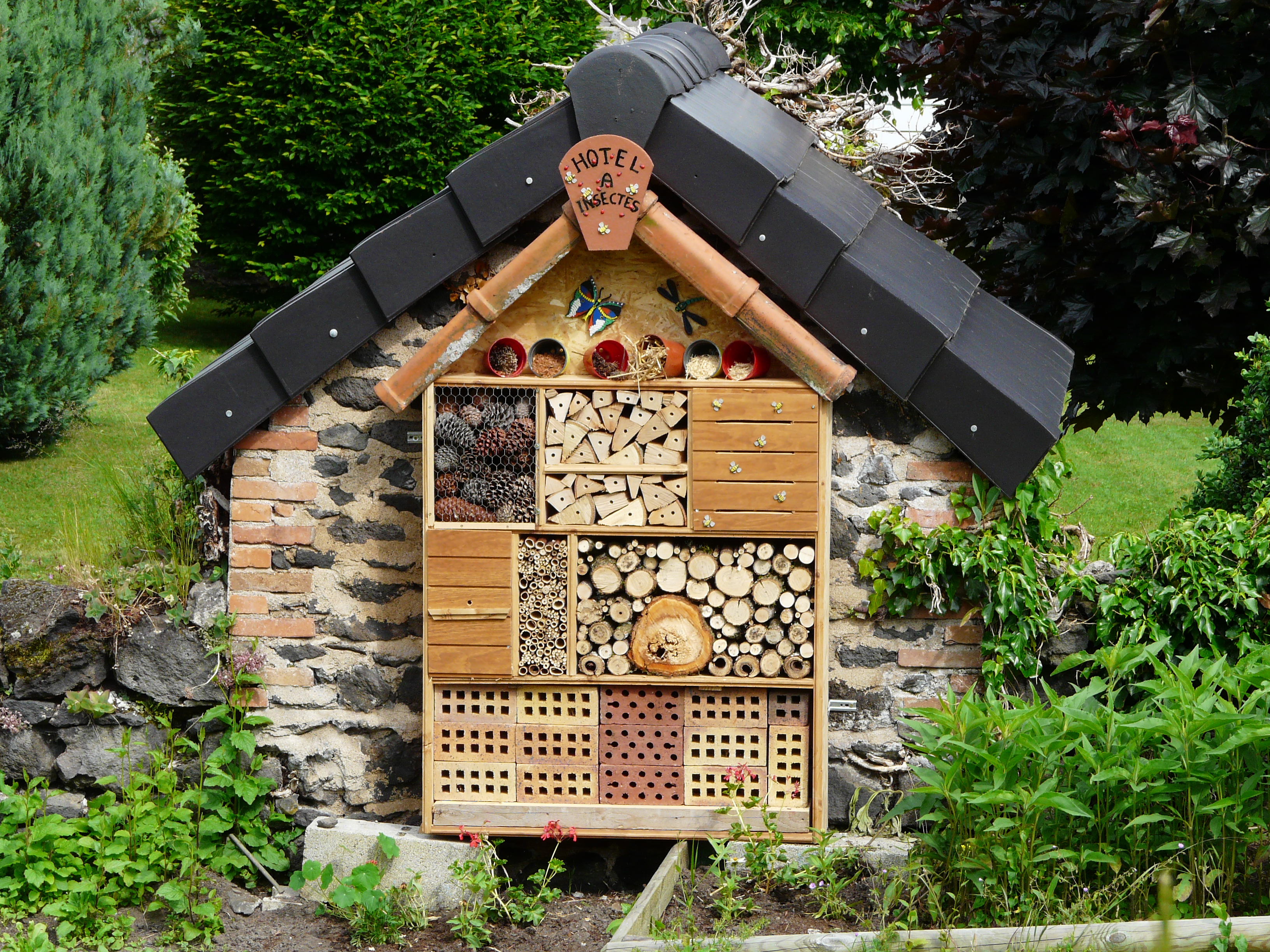 File pontgibaud h tel insectes jpg wikimedia commons - Hotel a insectes palettes ...