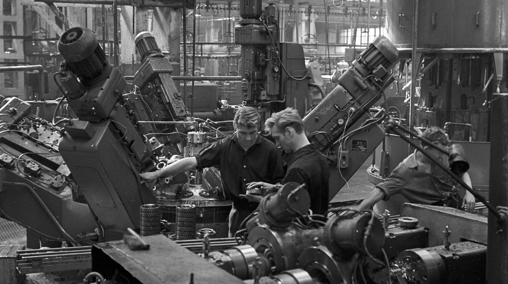 File:RIAN archive 695084 Workers of Moscow Likhachev Automotive Plant.jpg -  Wikimedia Commons