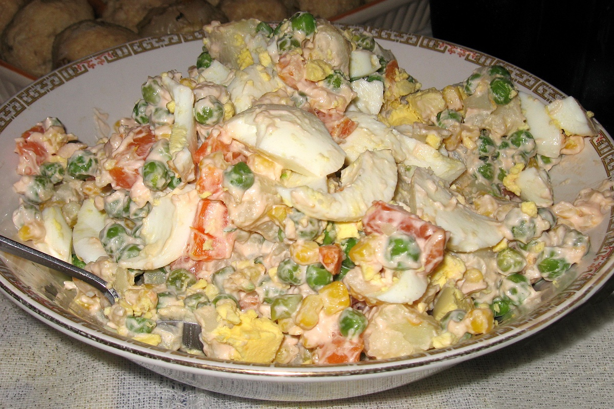 http://upload.wikimedia.org/wikipedia/commons/c/ce/Russian_Olivier_salad.jpg