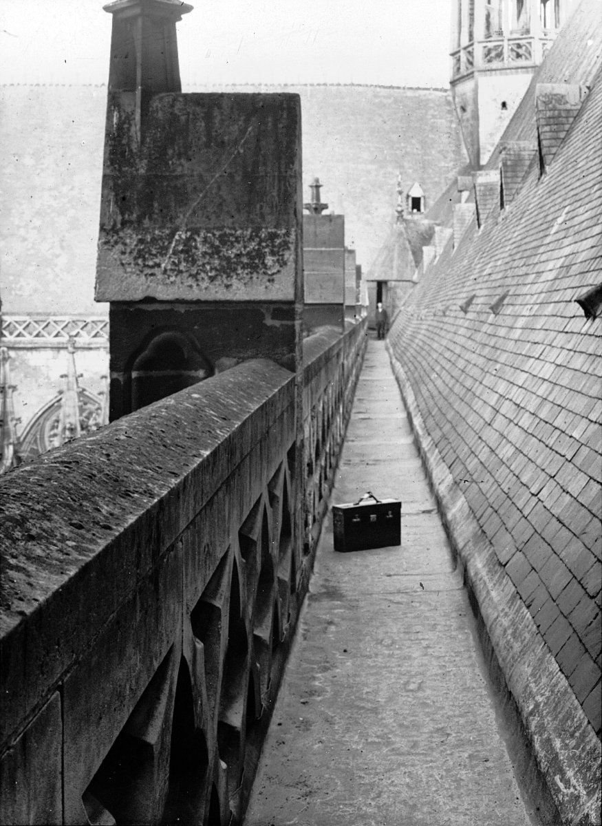 Photographer creator QS:P170,Q8012010 English: Cathedral, Amiens, France, 1907. Series 1907. Amiens; Cathedral roof parapet, north side to