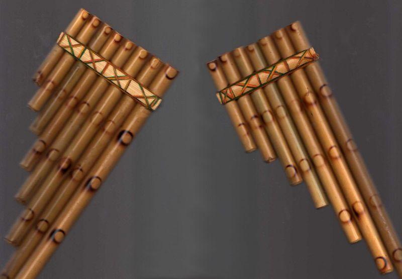 Siku bipolar típico, separado en sus dos amarros. El de la izquierda es el Arka, y el de la derecha el Ira.