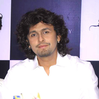 The 44-year old son of father Agam Kumar Nigam and mother Shobha Nigam, 170 cm tall Sonu Nigam in 2018 photo