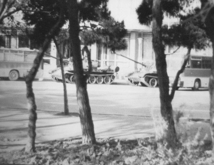 https://upload.wikimedia.org/wikipedia/commons/c/ce/Tanks_Hotel_Azerbaidshan_Baku_1990.jpg