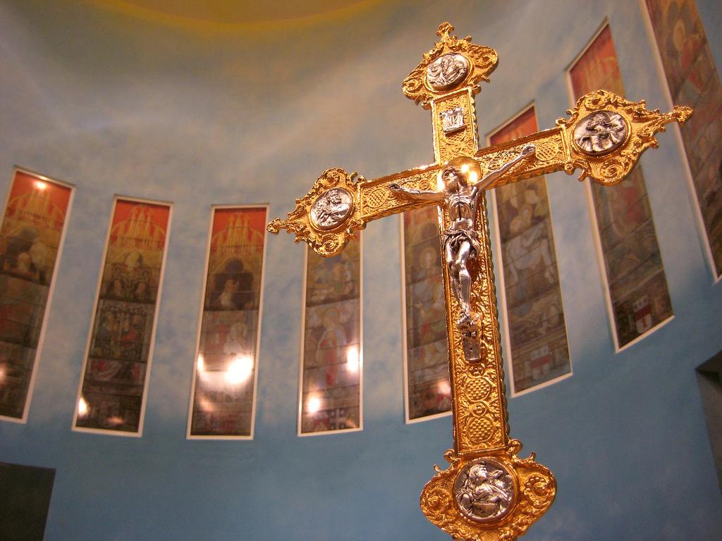 أين هم الاخوانجية من افعال عرابهم ؟ The_Church_of_Our_Lady_of_the_Rosary,_Doha,_Qatar_cross_detail