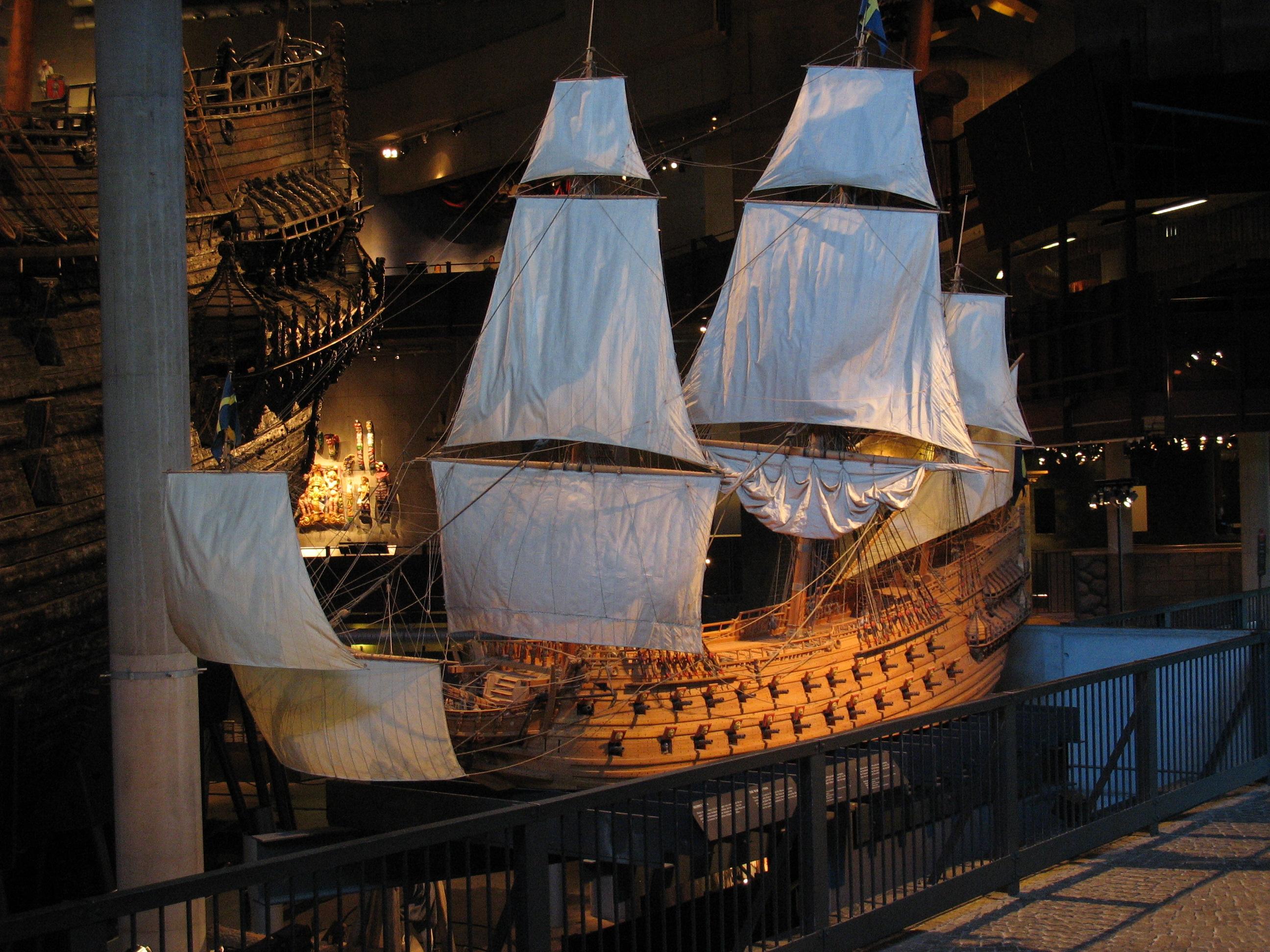 Maqueta del Vasa, con el original detrás. Imagen de Wikimedia Commons