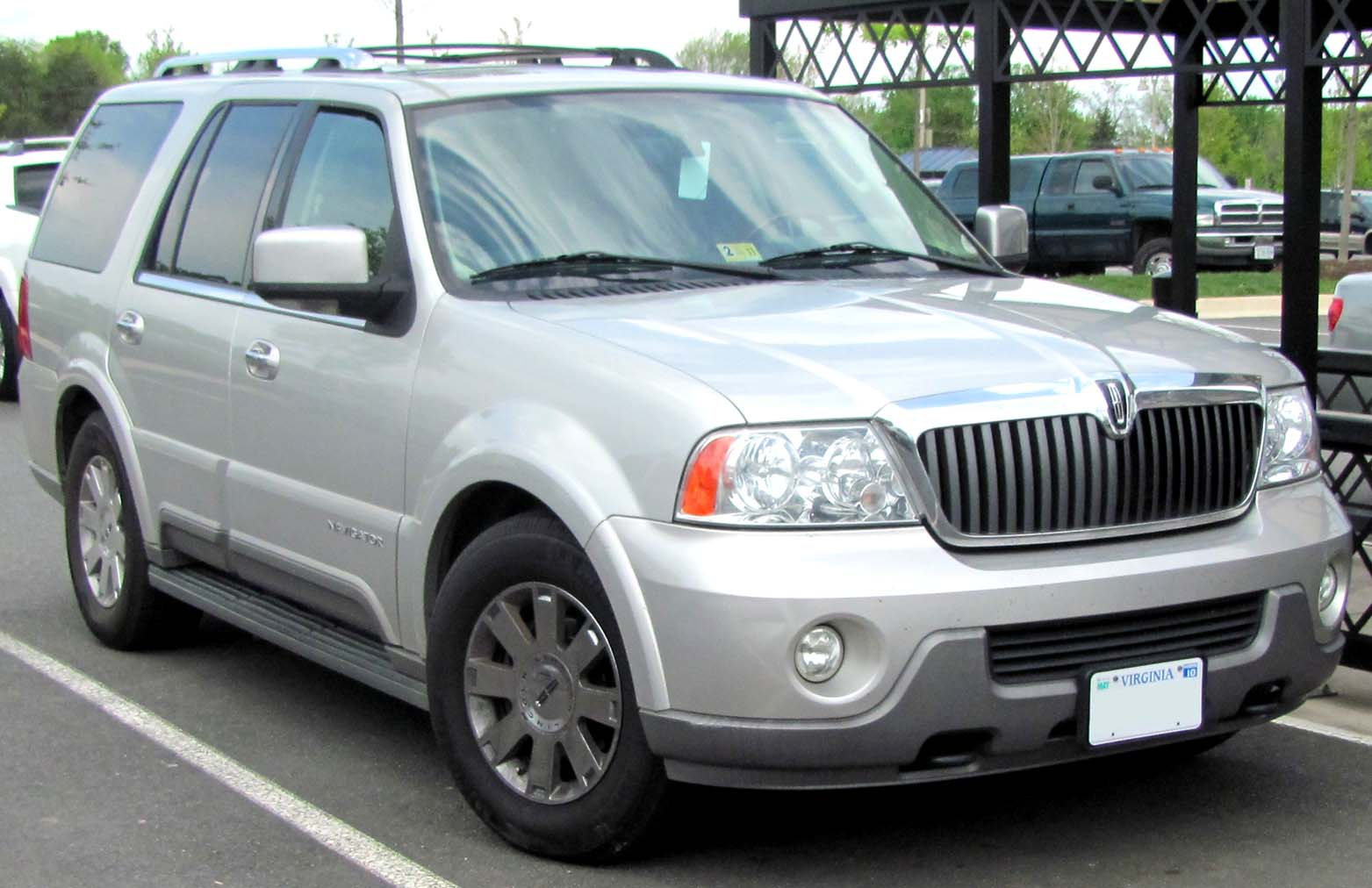 Description 2003-2004 Lincoln Navigator -- 04-22-2010.jpg