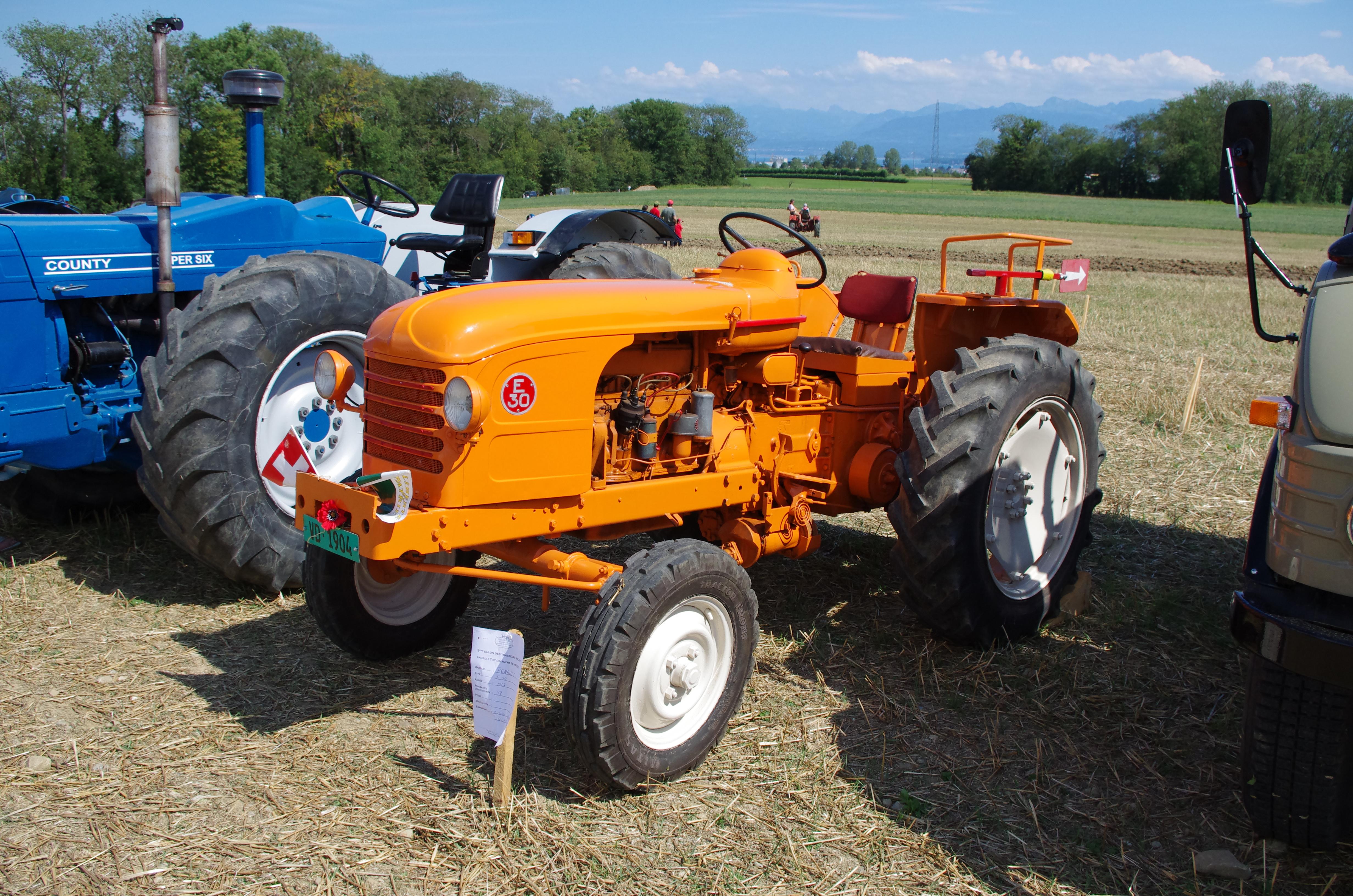 file 3 me salon des tracteurs anciens moulin de chiblins 18082013 tracteur renault e30. Black Bedroom Furniture Sets. Home Design Ideas