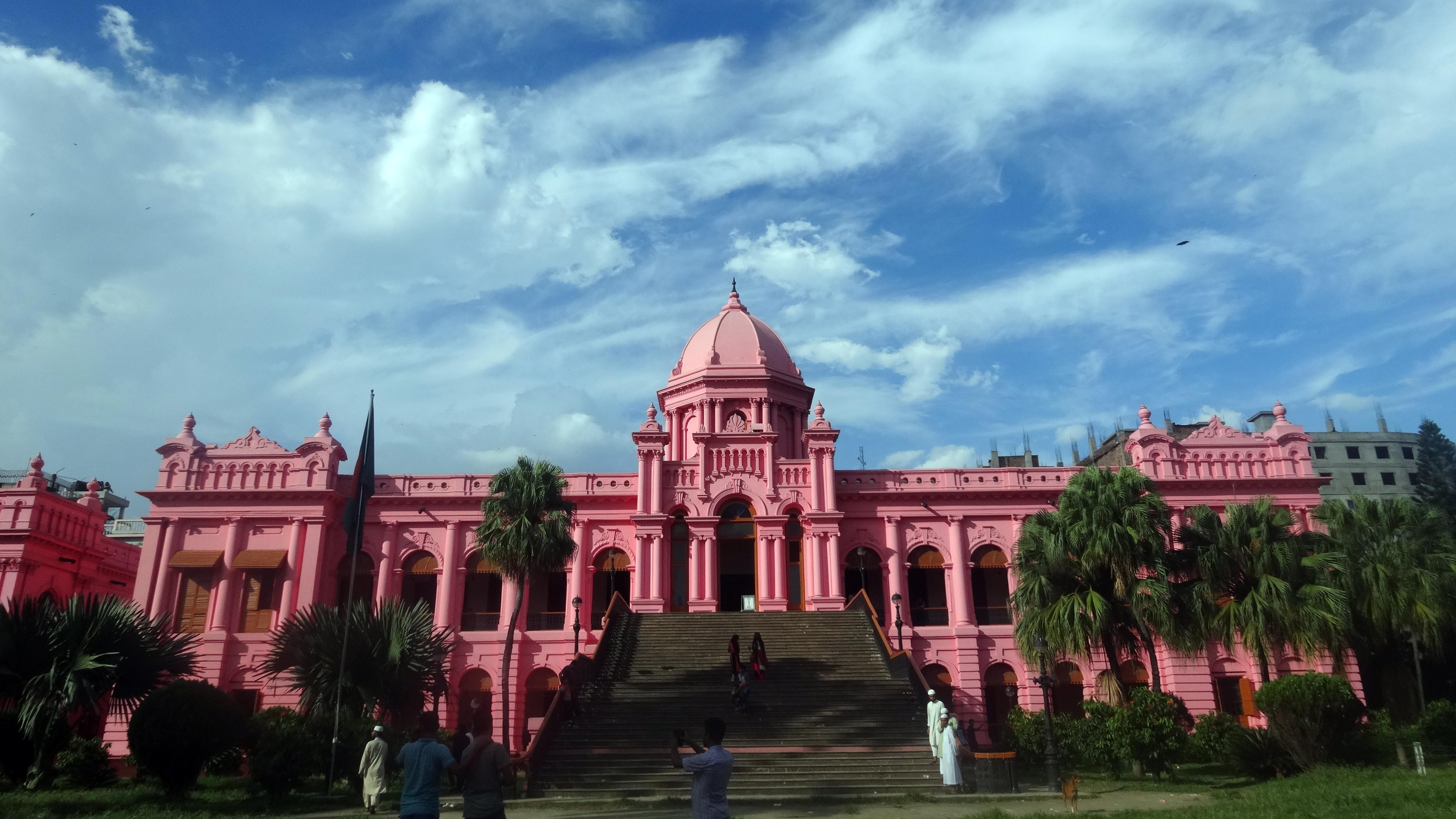 розовый дворец фото почти