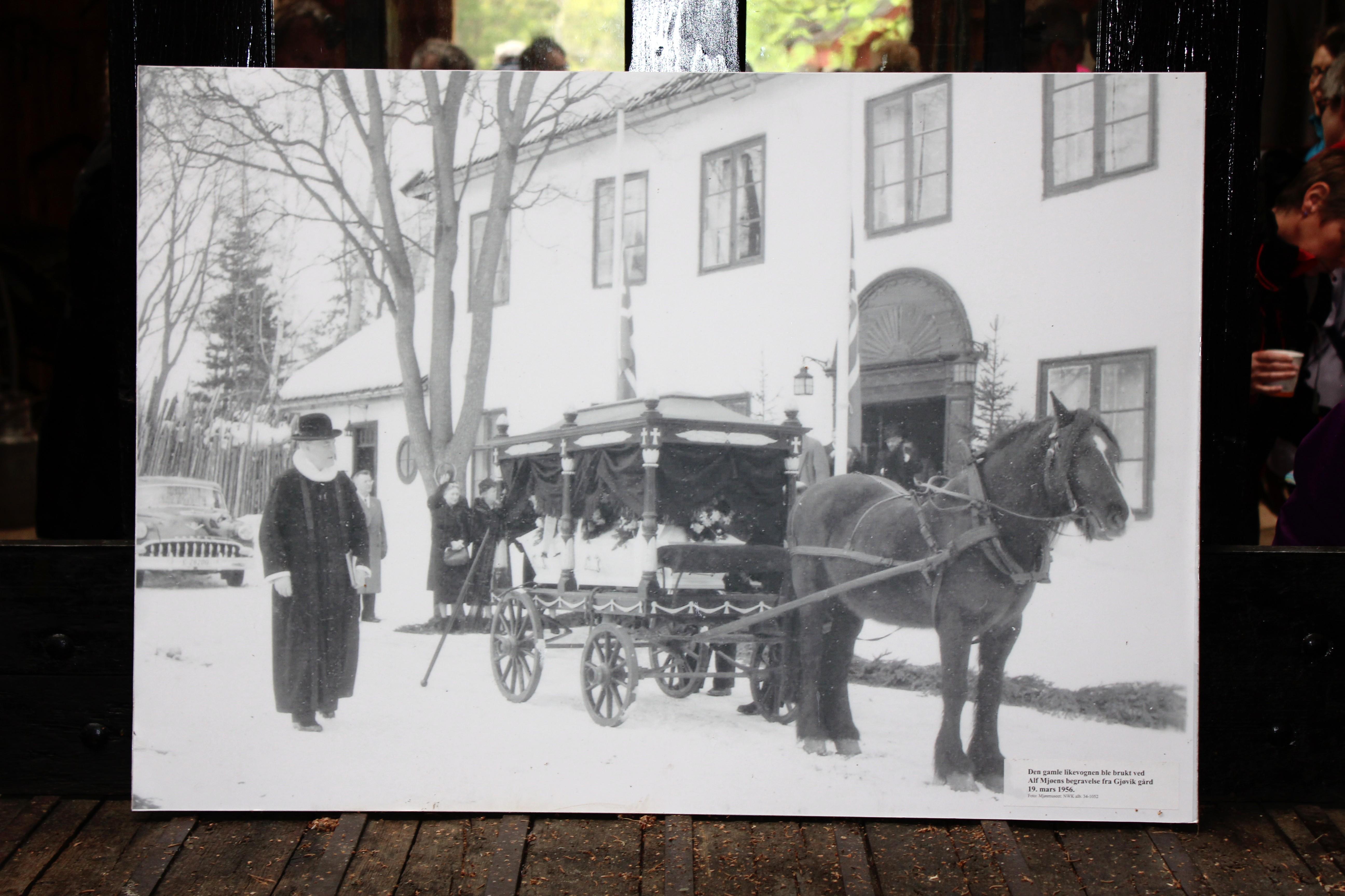 File:Alf Mjøens begravelse fra Gjøvik gård.JPG - Wikimedia Commons