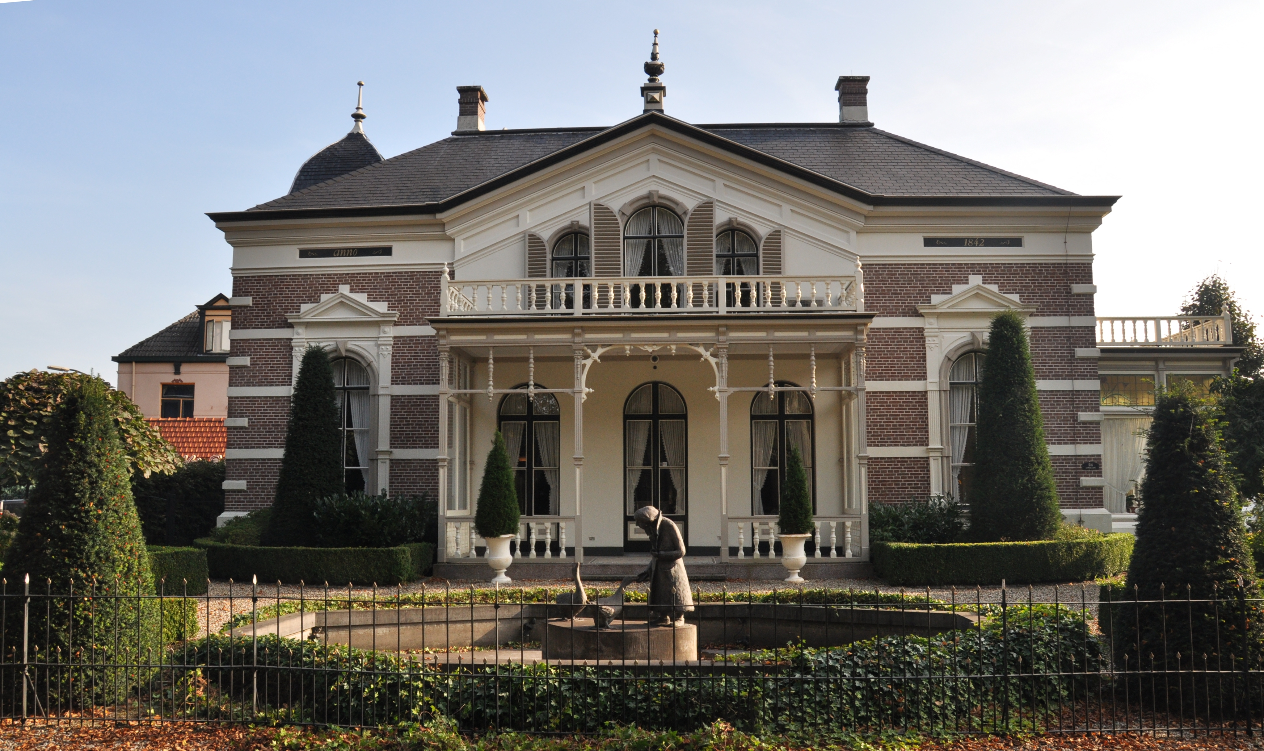 Grote vrijstaande villa in apeldoorn monument for Grote villa