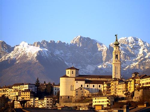 Belluno e le Dolomiti sullo sfondo (wikipedia)