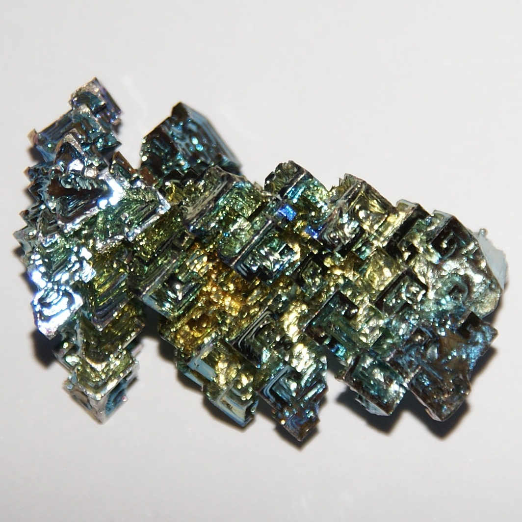 file bismuth crystal with fancy oxide film 18 grams 2 x 3 wikimedia commons. Black Bedroom Furniture Sets. Home Design Ideas