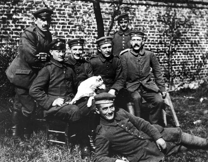 Hitler (ganz rechts) als Soldat, 1915