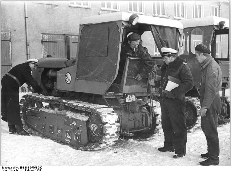 File:Bundesarchiv Bild 183-35751-0001, Dingelstedt, MTS, Abnahme durch Verkehrspolizei.jpg