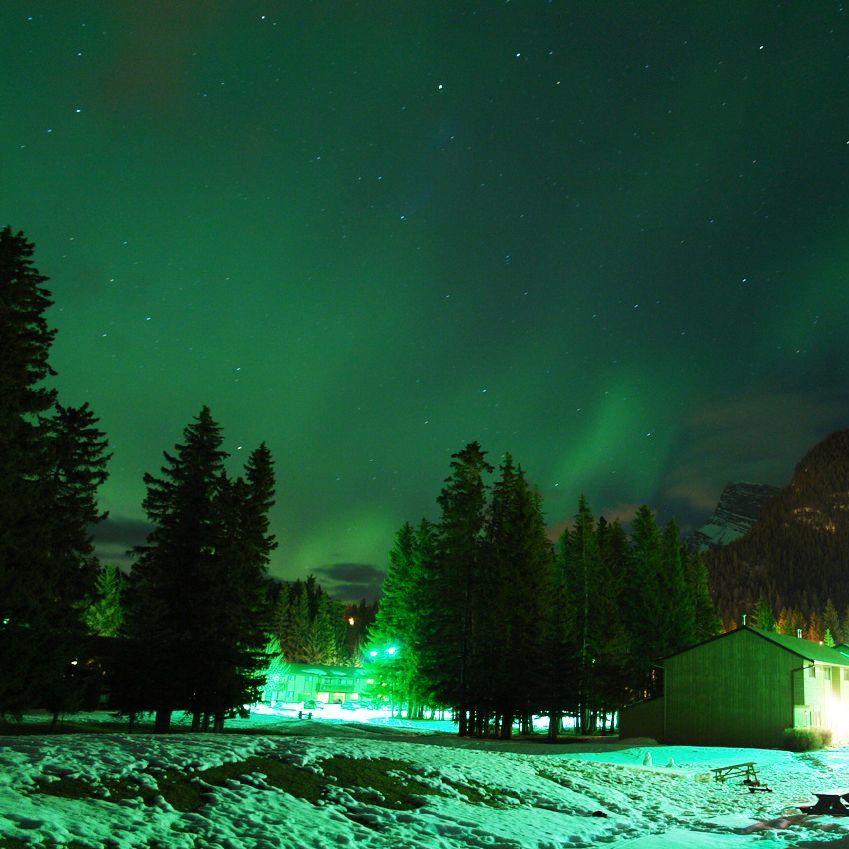 Aurore polaire à Banff, dans la province de l'Alberta au Canada.  (définition réelle 1280×853)
