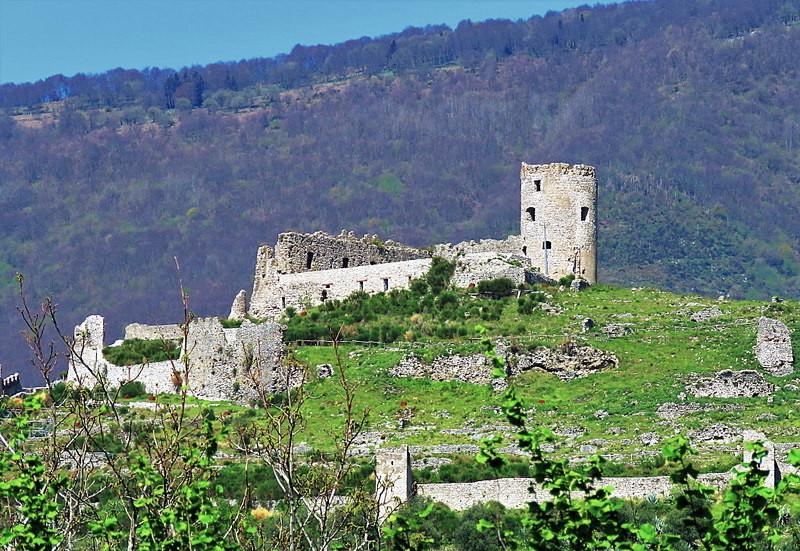 Castello_di_Avella_-_38191239242.jpg