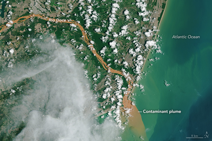 Contaminated Rio Doce Water Flows into the Atlantic (23414457121).jpg