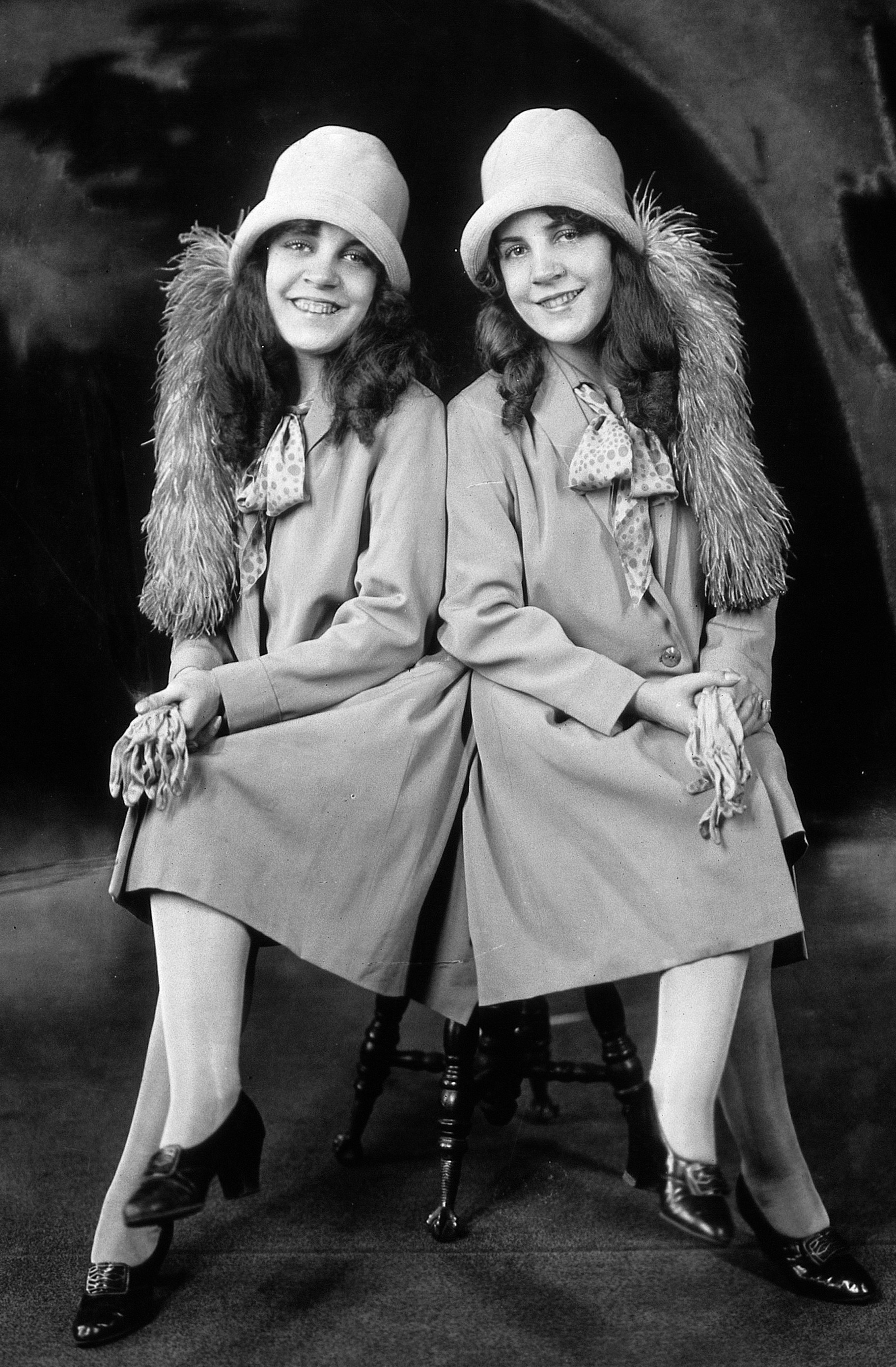 File:Daisy and Violet Hilton c1927g.jpg - Wikimedia Commons