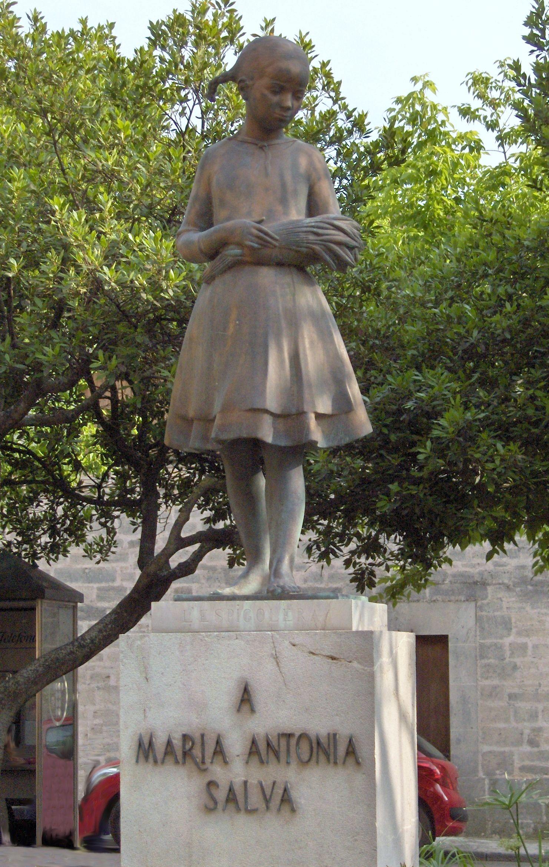 S'Espigolera. Monumento a Mª Antònia Salvà, situado en la plaza del Convento de San Buenaventura de Llucmajor, Mallorca