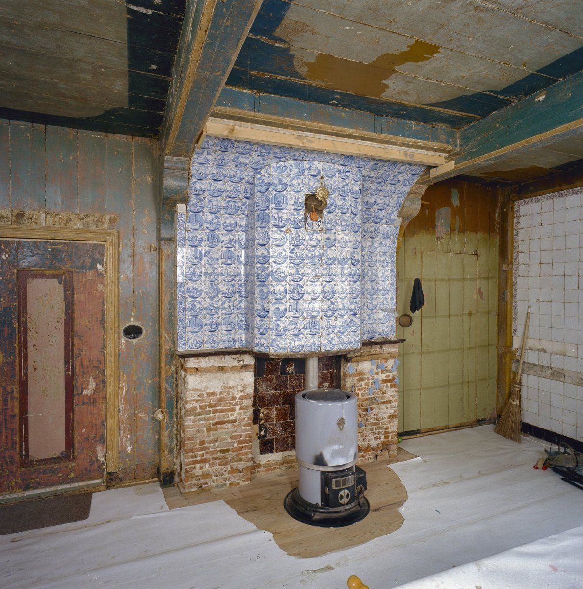 File:Interieur, woonkamer, betegelde schouw met kachel - Zaandam ...