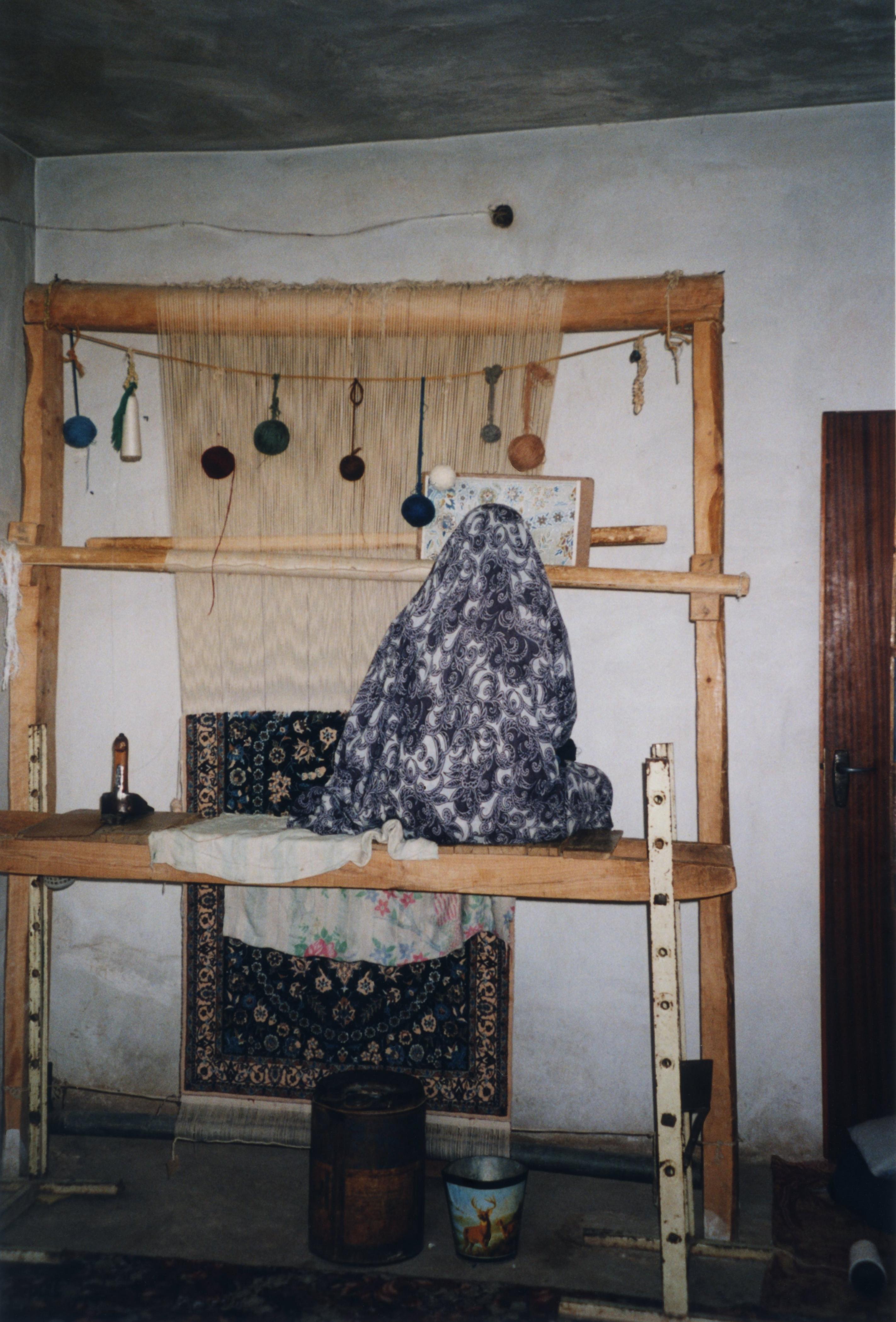 File Iran Fabrication De Tapis Par Une Tres Jeune Femme