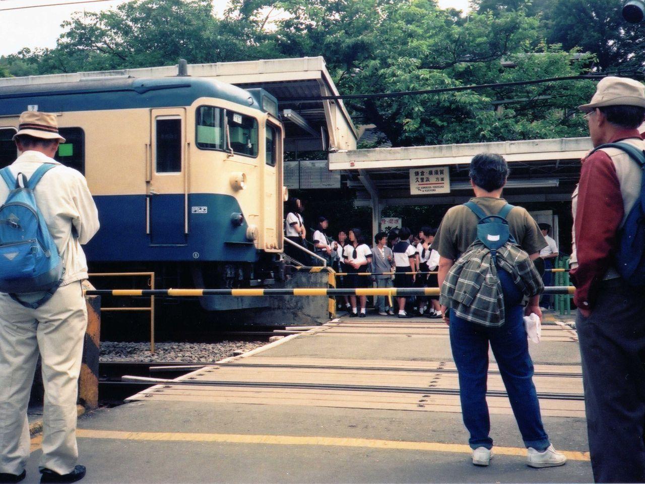 https://upload.wikimedia.org/wikipedia/commons/c/cf/Kitakamakura-Sta-inside-cross.jpg
