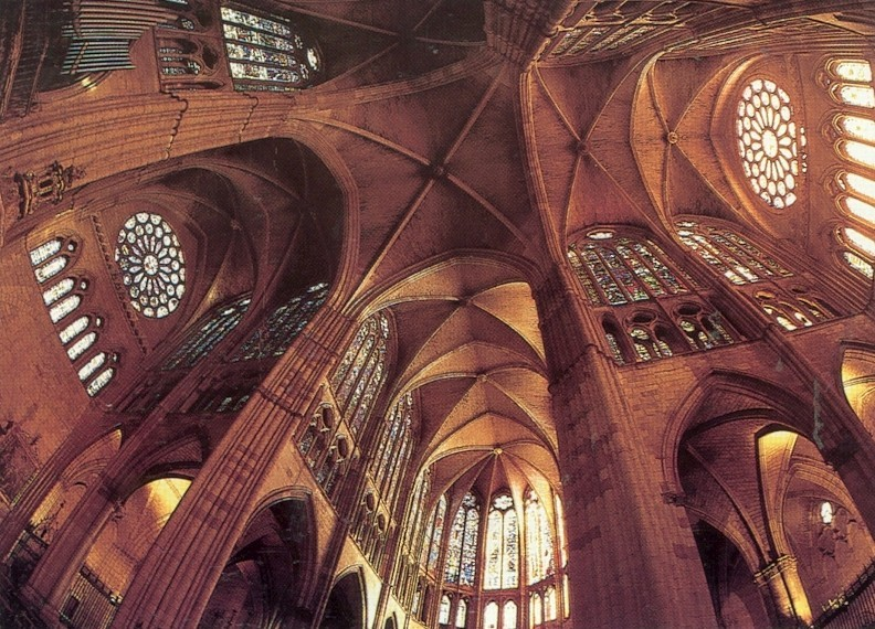 Catedral de Leon, vista de las bóvedas y las vidrieras