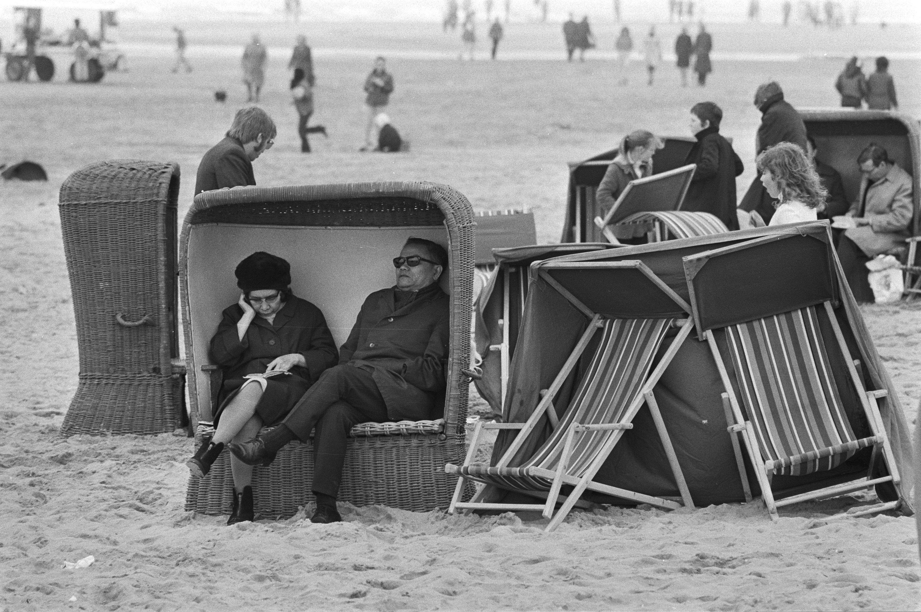 File Mensen In Dikke Kleding In Een Strandstoel Bestanddeelnr 924
