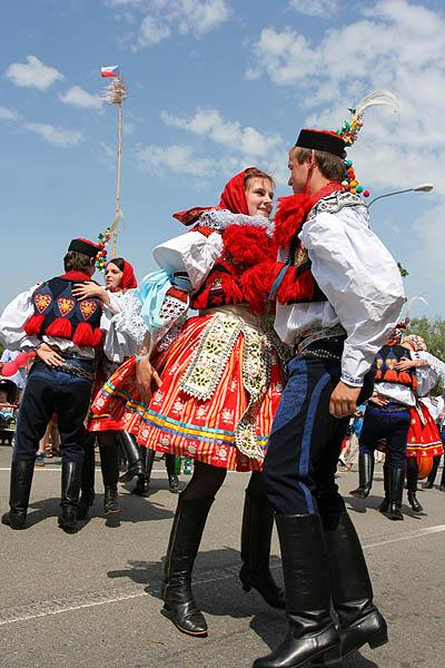 Soubor:Moravian Slovak Costumes during Jizda Kralu.jpg