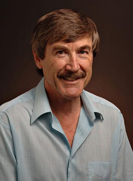 "Paul Davies  بول ديفيز، مؤلف كتاب ""كيف تبني آلة زمن"""