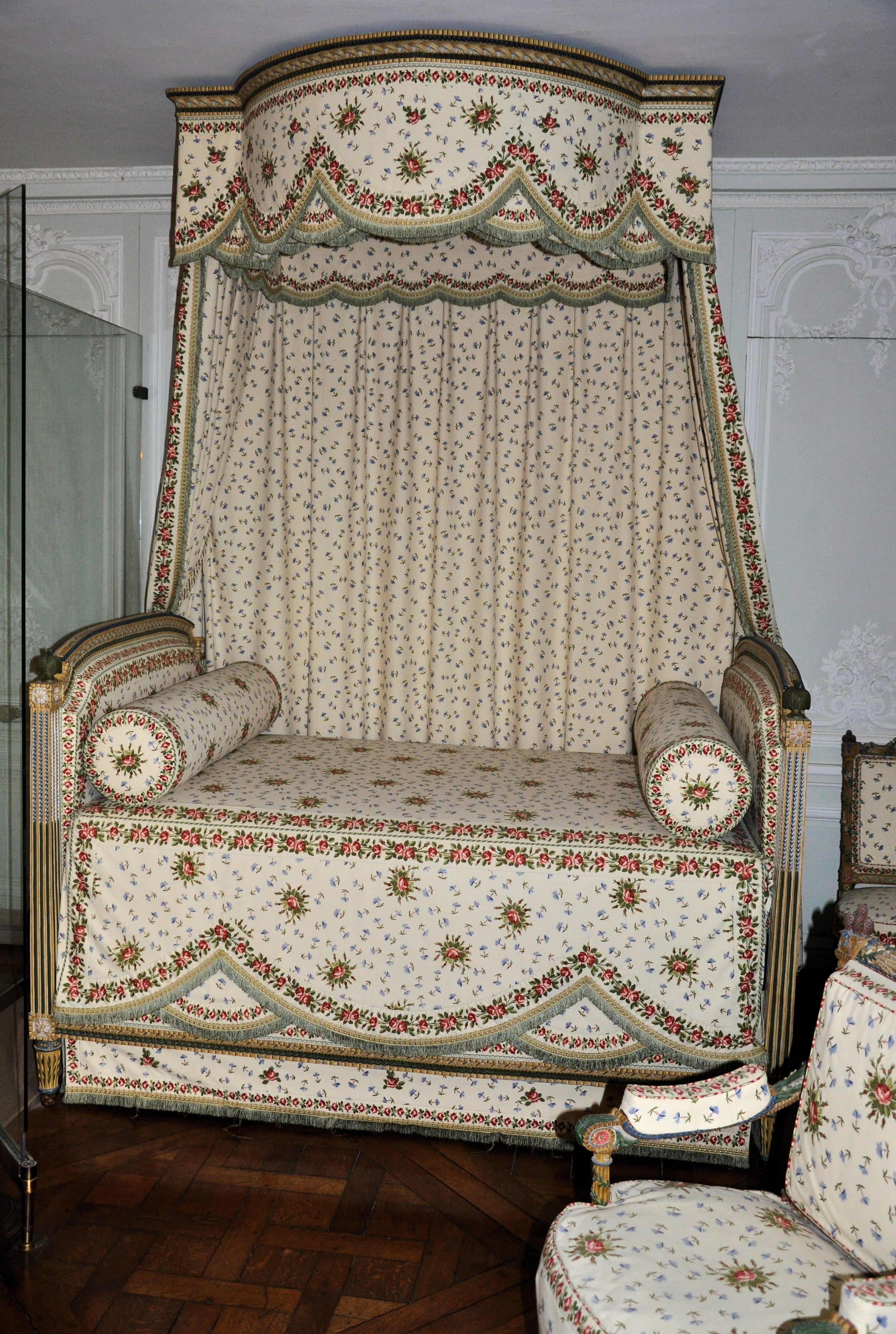 File petit trianon chambre de la reine mobilier aux for Mobilier de chambre complet