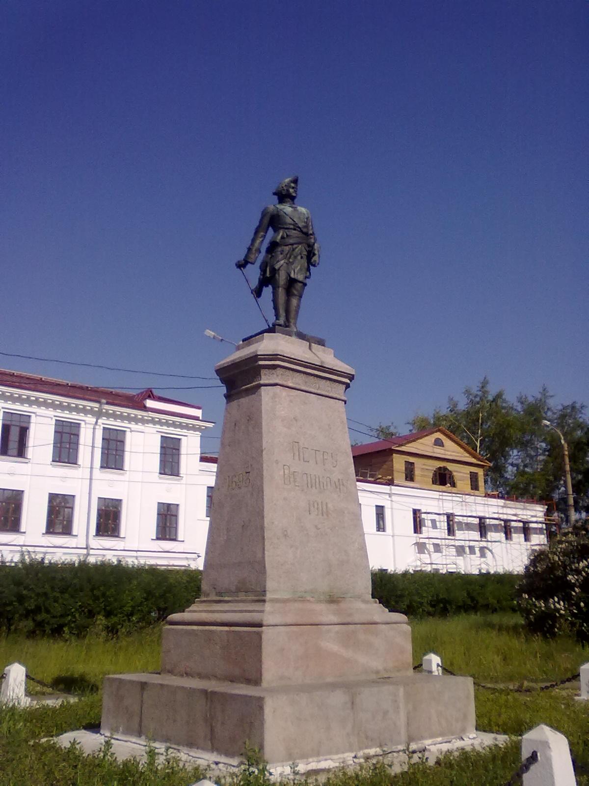 https://upload.wikimedia.org/wikipedia/commons/c/cf/Petr_I_Arkhangelsk_2011.jpg