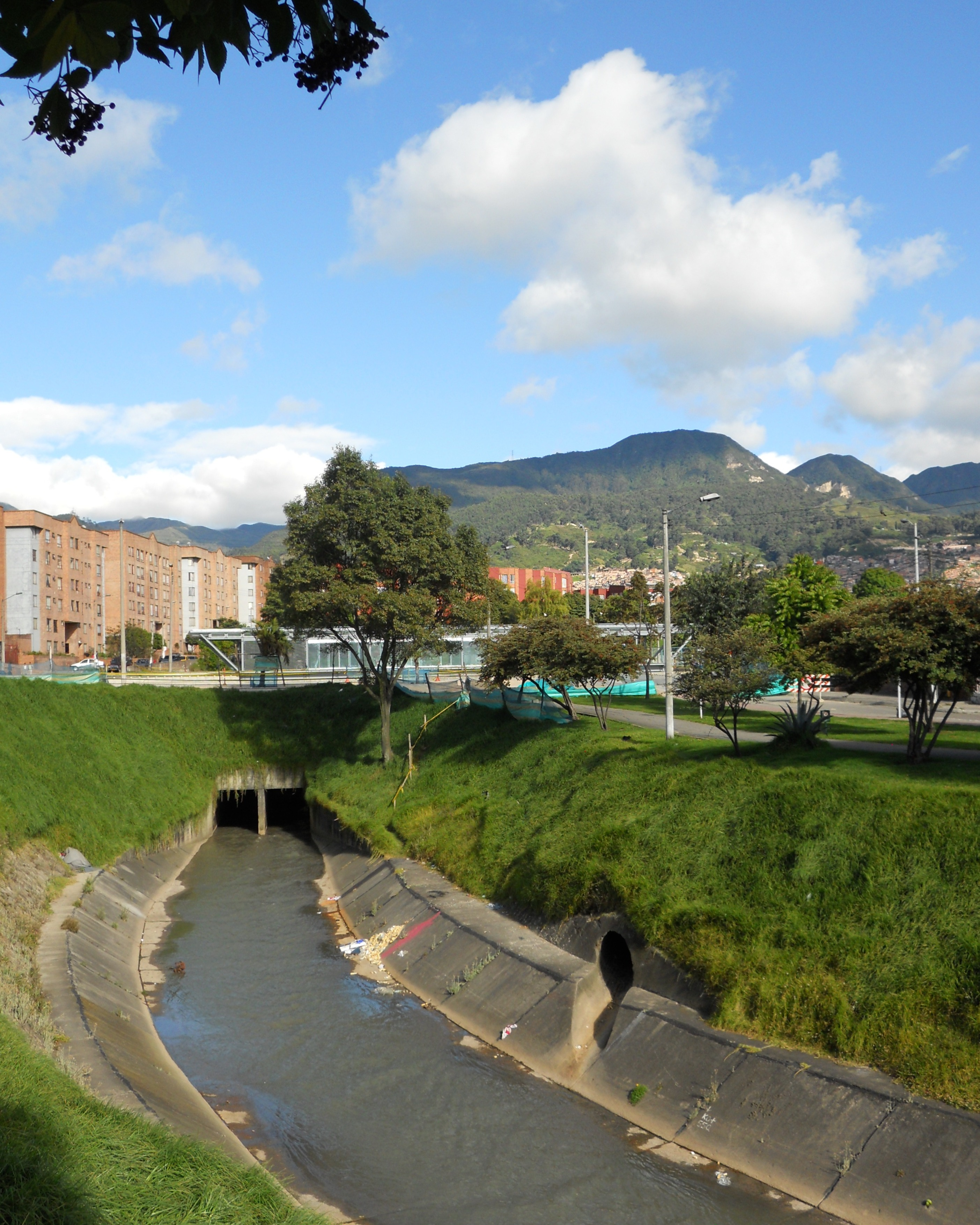 File r o fucha a la altura de la kr 10 jpg wikimedia commons for Barrio ciudad jardin norte bogota