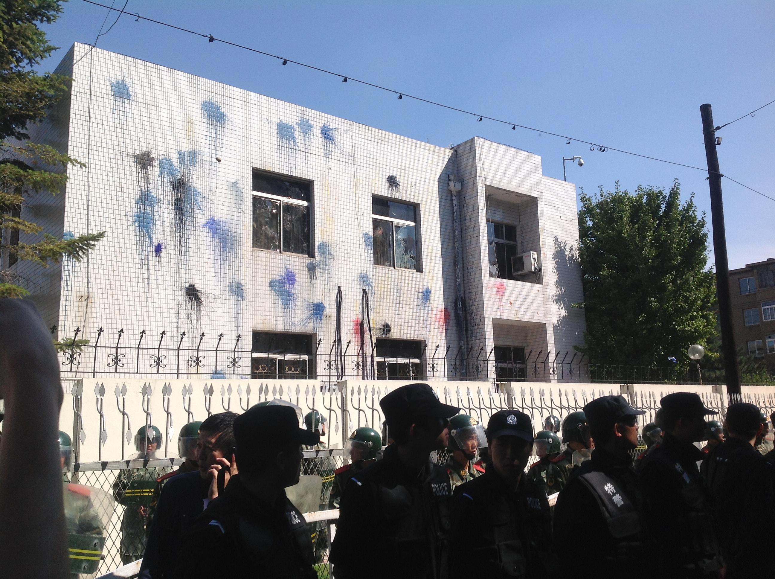 遇襲的日本領館,玻璃被砸碎,牆上布滿墨水痕跡
