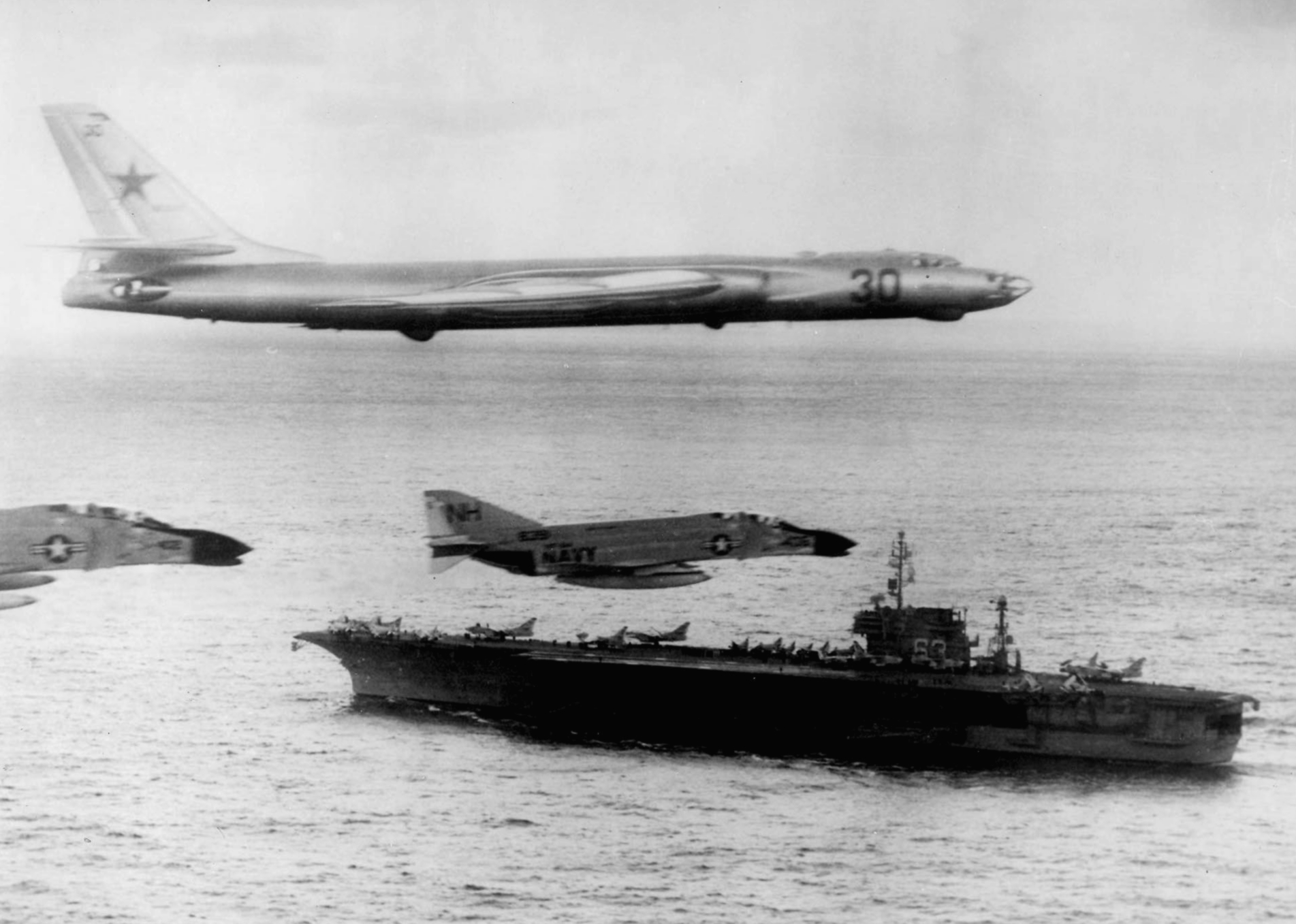 TU-16 Uni Sovyet di atas USS Kitty Hawk 1975 | wikipedia