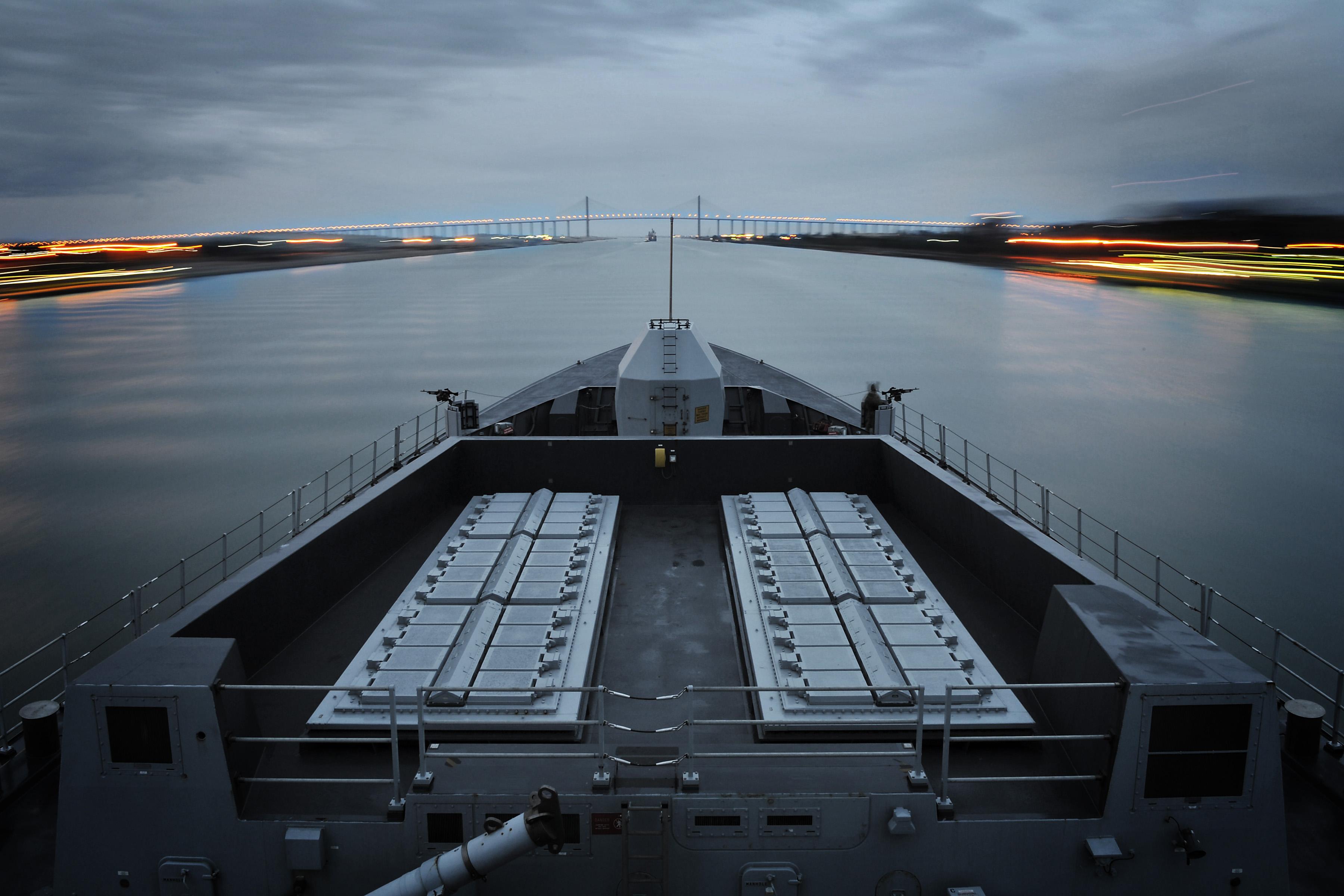 ファイル type 45 destroyer hms daring passing through the suez canal