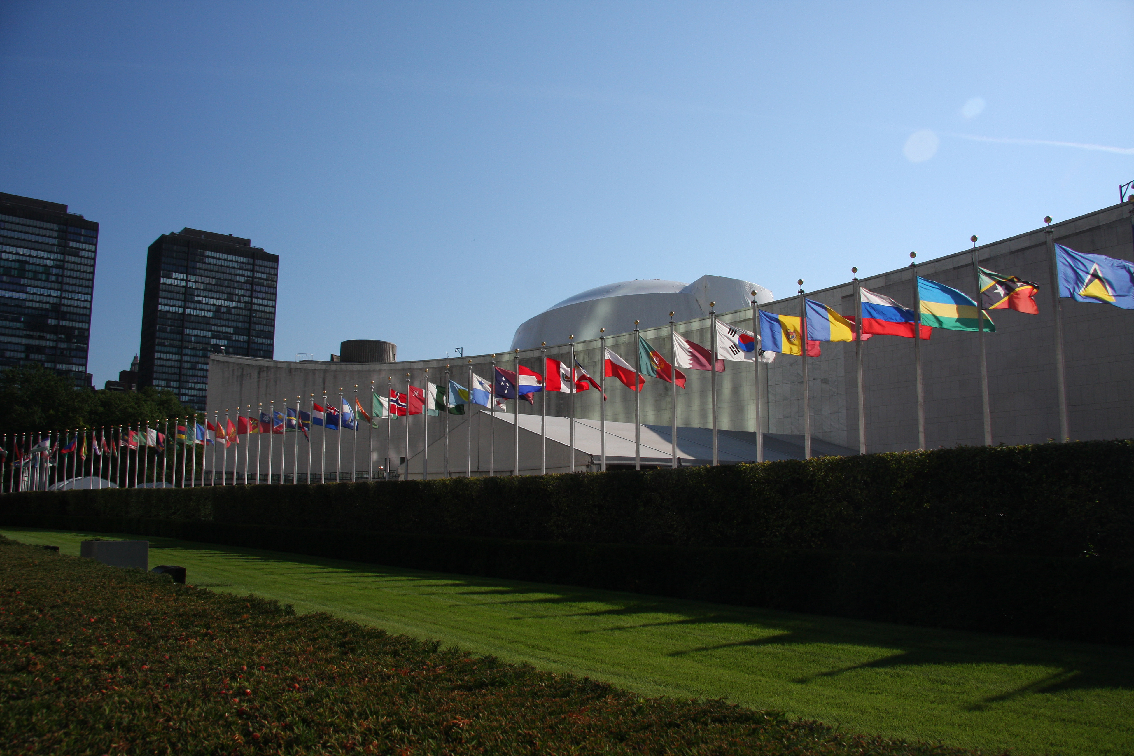 File:UN General Assembly bldg flags.JPG - Wikimedia Commons