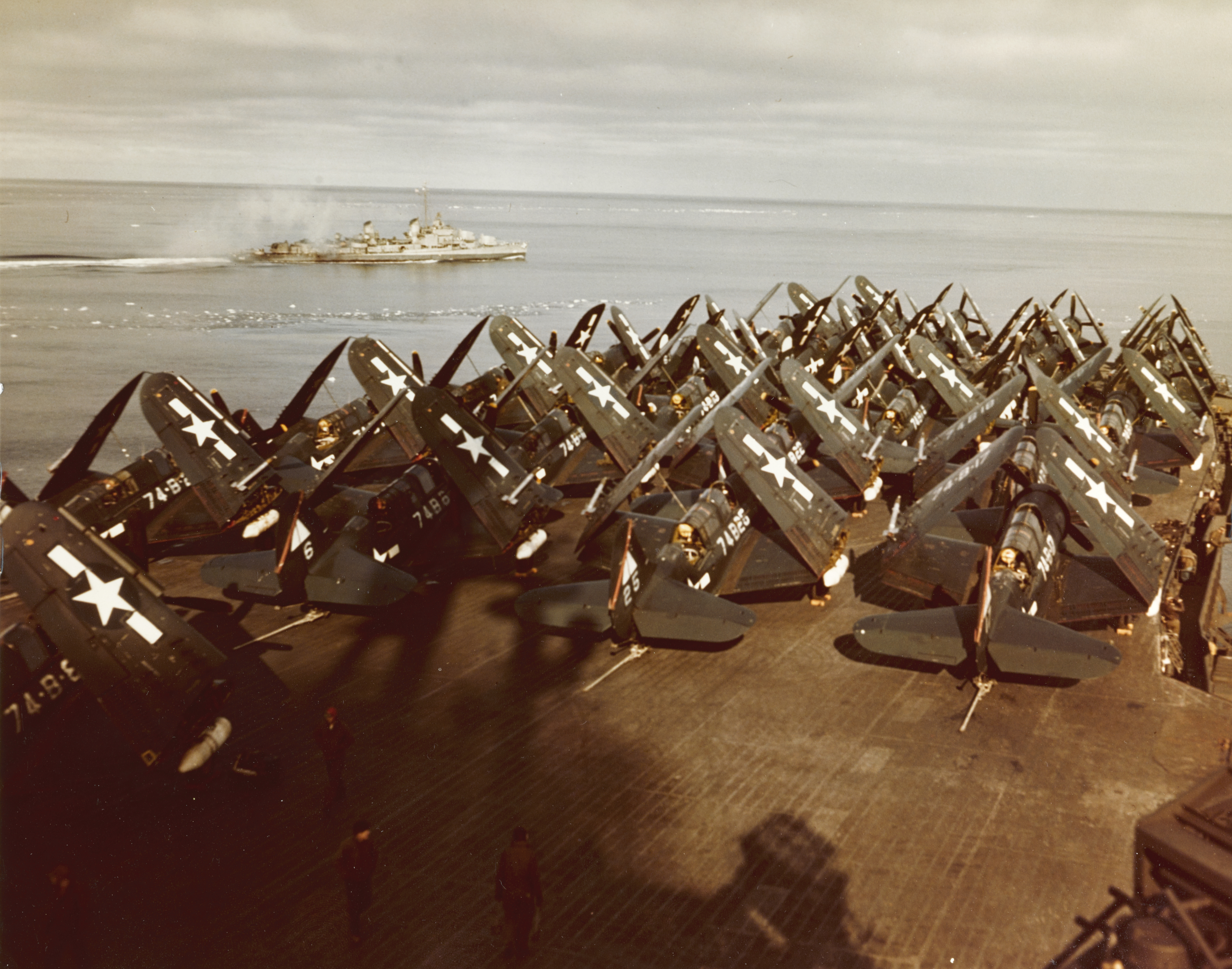 [Obrazek: USS_Midway_%28CVB-41%29_during_Operation...h_1946.jpg]